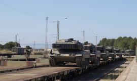 Varios Leopard 2E embarcados en el tren