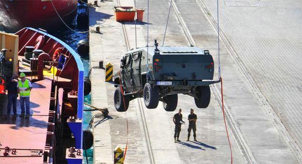 Embarque de un vehículo en el puerto de Almería