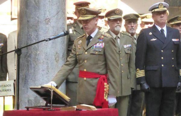 El teniente general Aznar jura su cargo