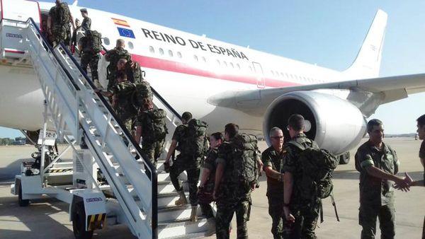 La primera rotación embarca en el avión (Foto: MAAA)