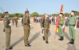 Un jurando pasa ante la Bandera en Cádiz