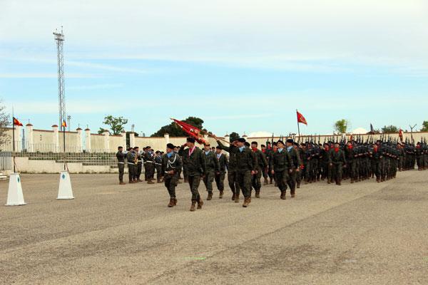 Los colores rojo y azul se alternan en las pañoletas, evidenciando la presencia de las dos armas: Infantería y Caballería