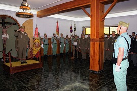 Comandante General recibiendo honores.