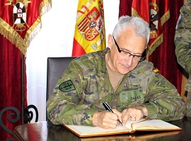 General JCISAT firmando libro de honor.