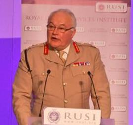 General Sir Peter Wall durante su intervención en el RUSI