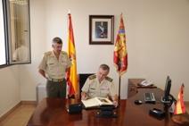 Firma en el Libro de Honor de la Unidad