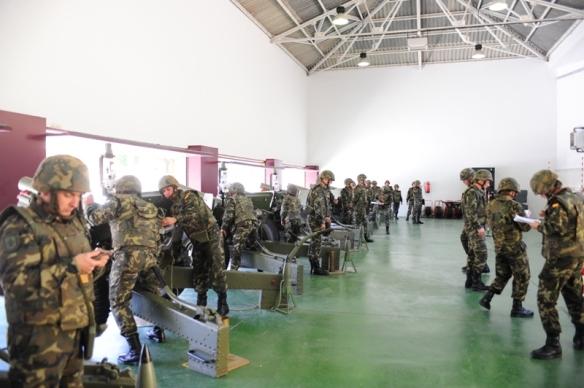 Practicas de alumnos en el simulador de campaña de la Academia de Artilleria