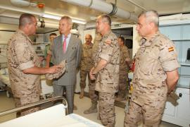 El ministro atiende a las explicacines en la visita
